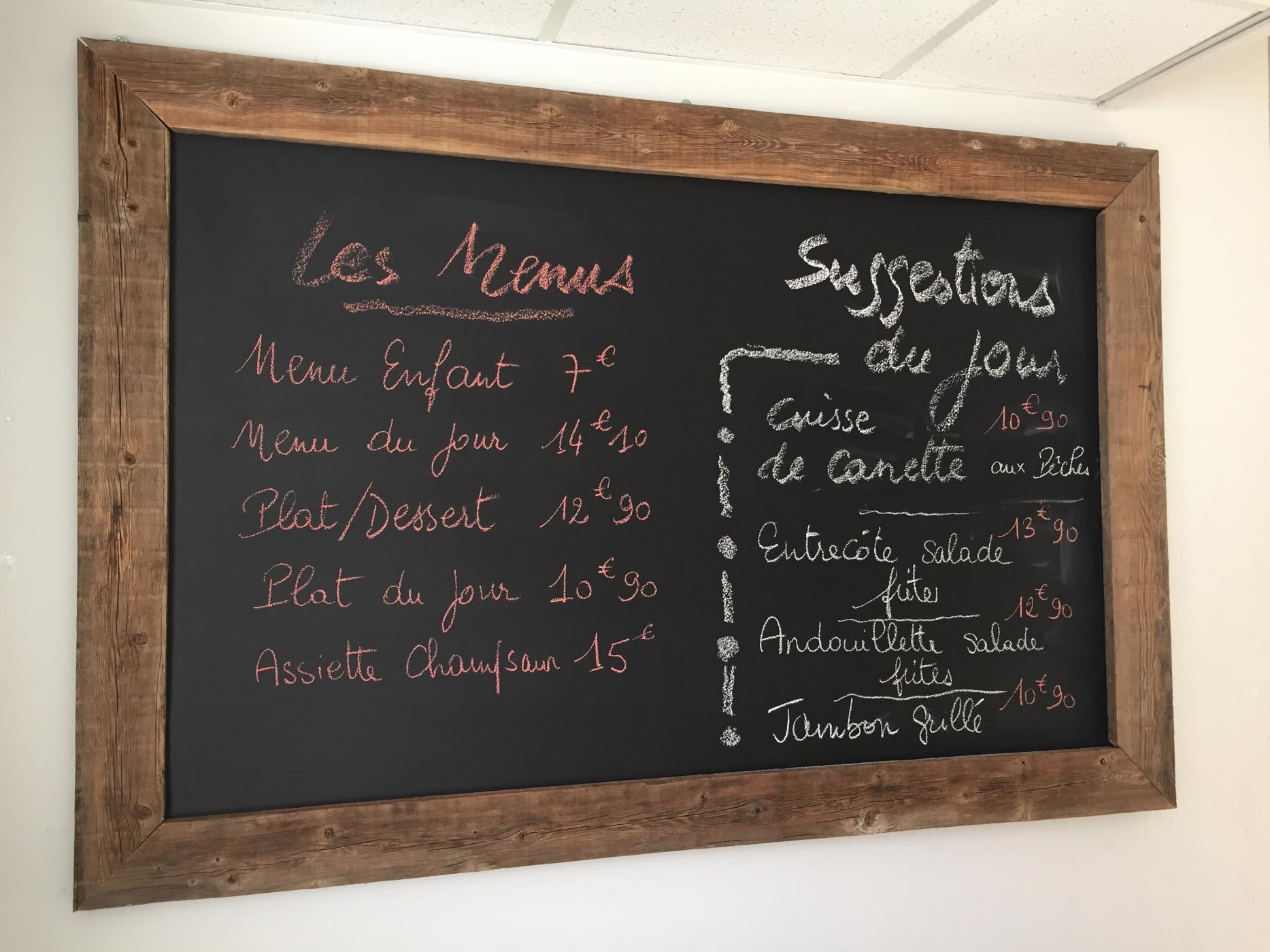 Photo d'une ardoise avec exemple de menu