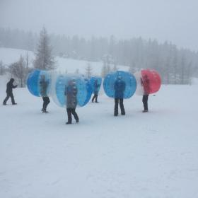 Activité insolite le BUBBLE FOOT sur neige