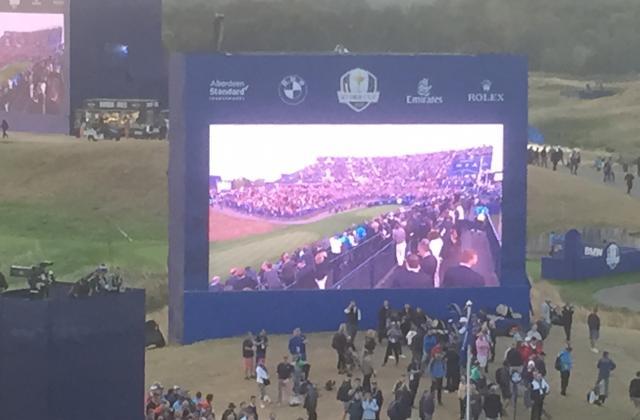 Un des multiples écrans géants sur le parcours afin de ne rien rater du spectacle ou qu'on soit sur le parcours